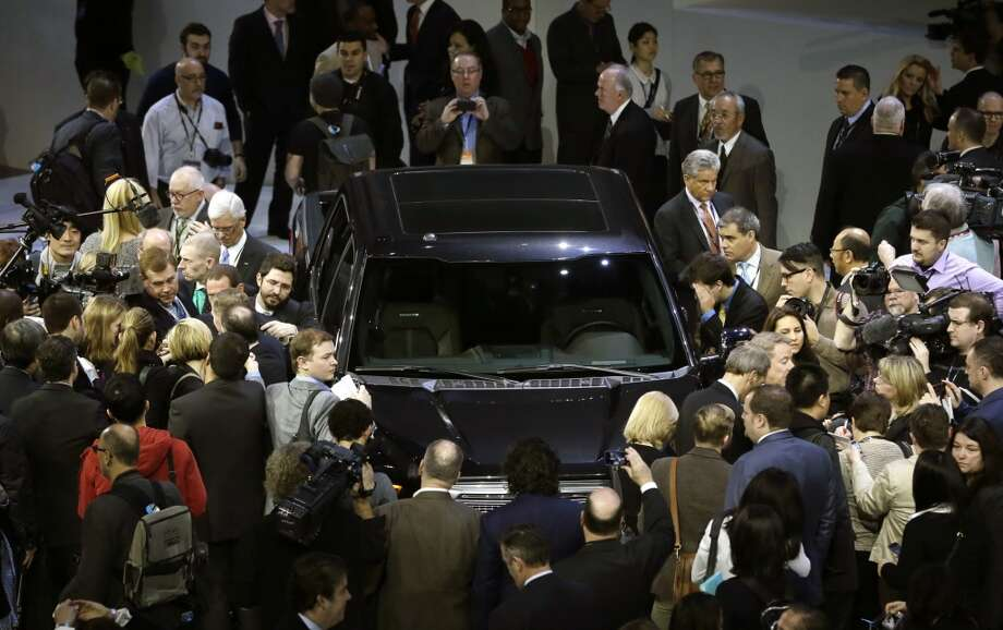 Journalists surround the new F-150 with a body built almost entirely out of aluminum at the North American International Auto Show in Detroit, Monday, Jan. 13, 2014. Photo: Carlos Osorio, ASSOCIATED PRESS