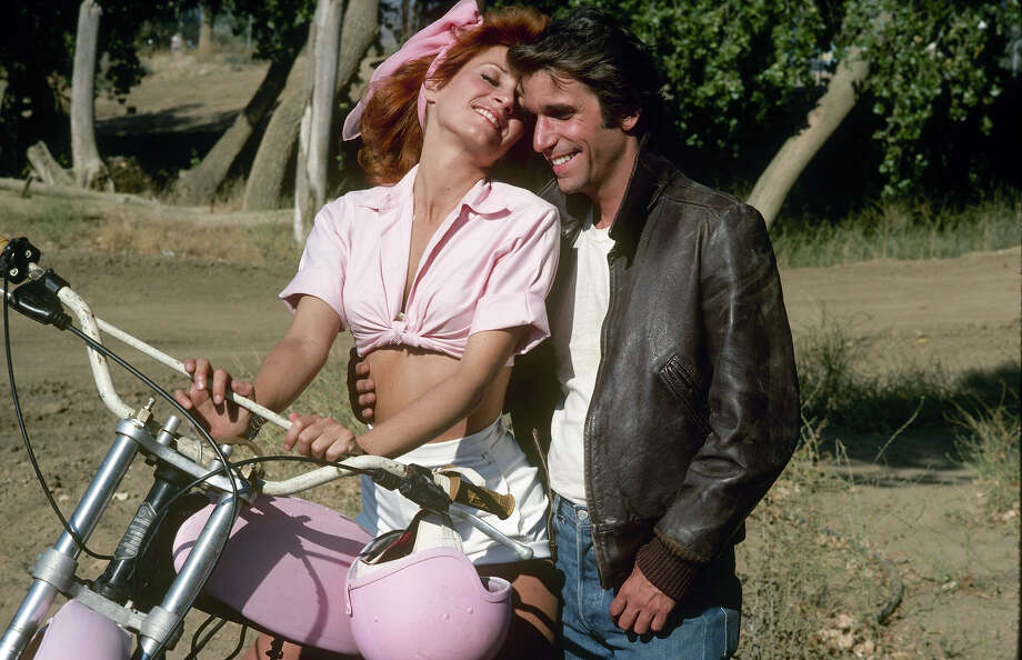 "Roz Kelly as Carol ""Pinky"" Tuscadero, shown here with Henry Winkler as Arthur Fonzarelli, sister of Leather Tuscadero, both of whom dated The Fonz. Photo: ABC Photo Archives, ABC Via Getty Images / 2009 American Broadcasting Companies, Inc."