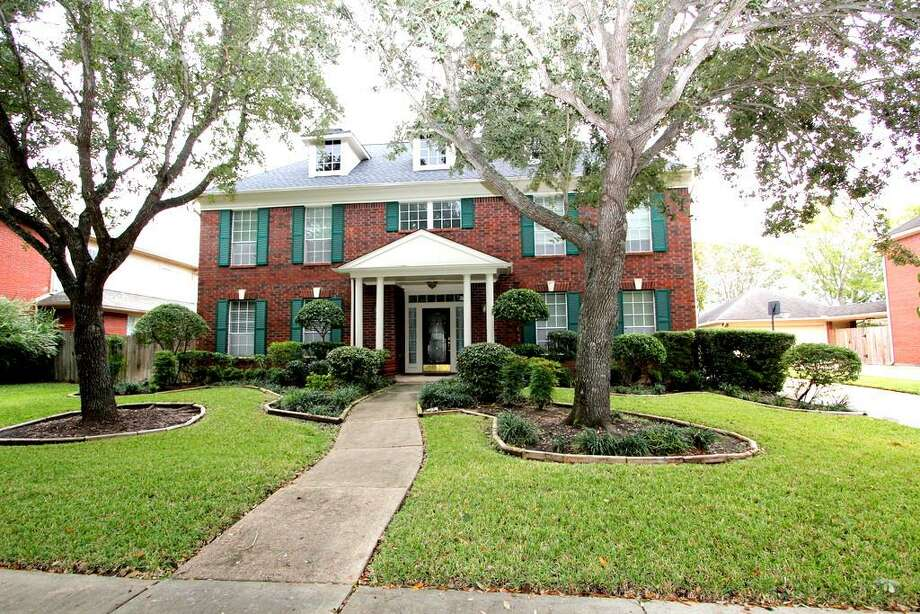 2635 Oakland: This 1989 home has 4 bedrooms, 3.5 bathrooms, and 3,472 square feet. Listed for $378,000. Photo: Houston Association Of Realtors