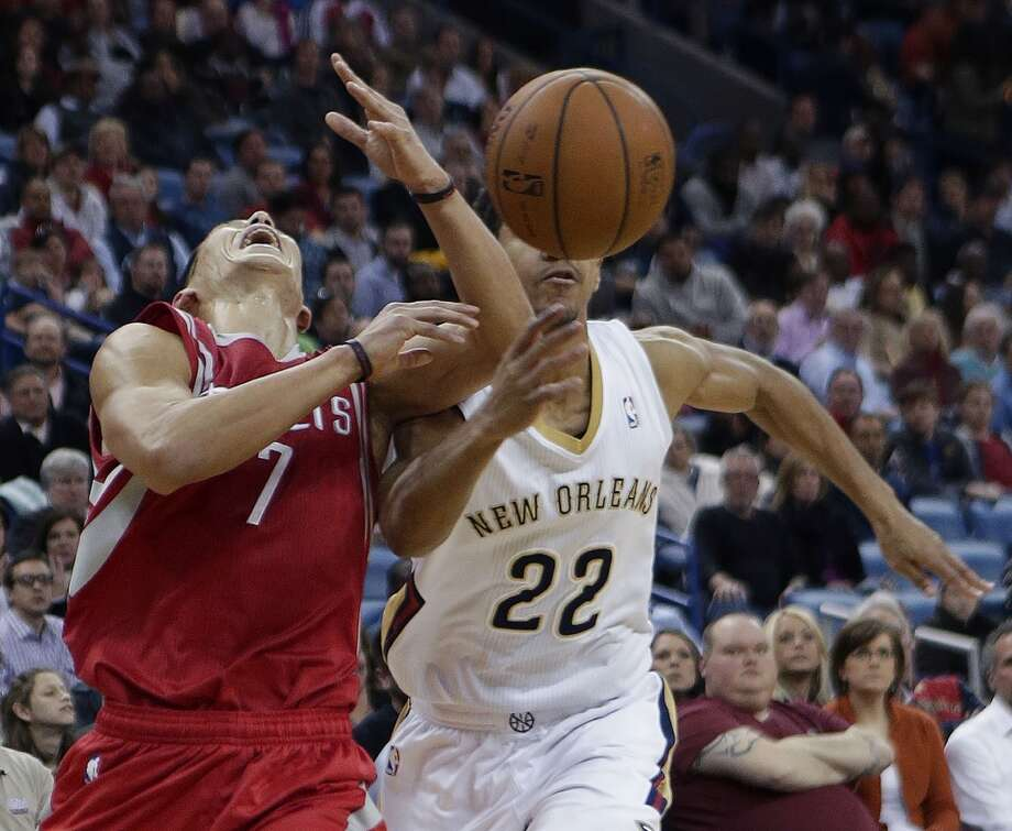 Pelicans point guard Brian Roberts (22) strips the ball from Rockets point guard Jeremy Lin. Photo: Gerald Herbert, Associated Press