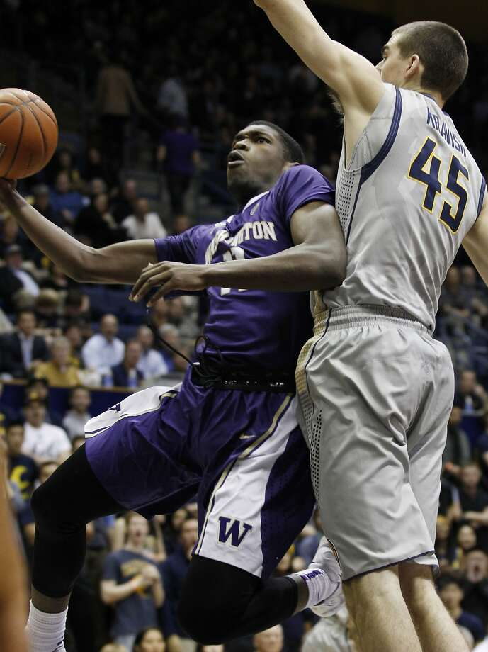 Cal's David Kravish (right) defends Mike Anderson in first-half action. Washington managed only 17 points during the first 20 minutes. Photo: George Nikitin, Associated Press