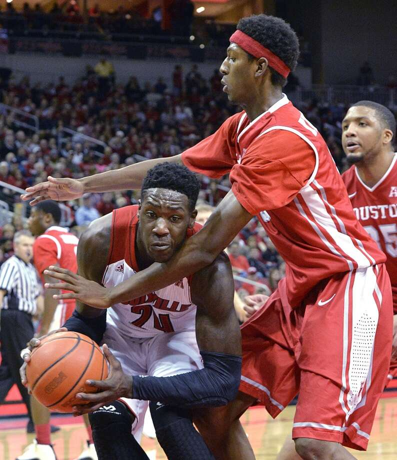 Louisville's Montrzl Harrell, left, fights his way through the defensive pressure of Houston's Danrad Knowles  during the second half of an NCAA college basketball game Thursday, Jan. 16, 2014, in Louisville, Ky. Louisville defeated Houston 91-52. (AP Photo/Timothy D. Easley) Photo: Associated Press
