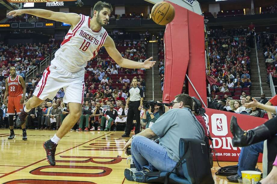 Rockets small forward Omri Casspi chases a loose ball out of bounds. Photo: Smiley N. Pool, Houston Chronicle