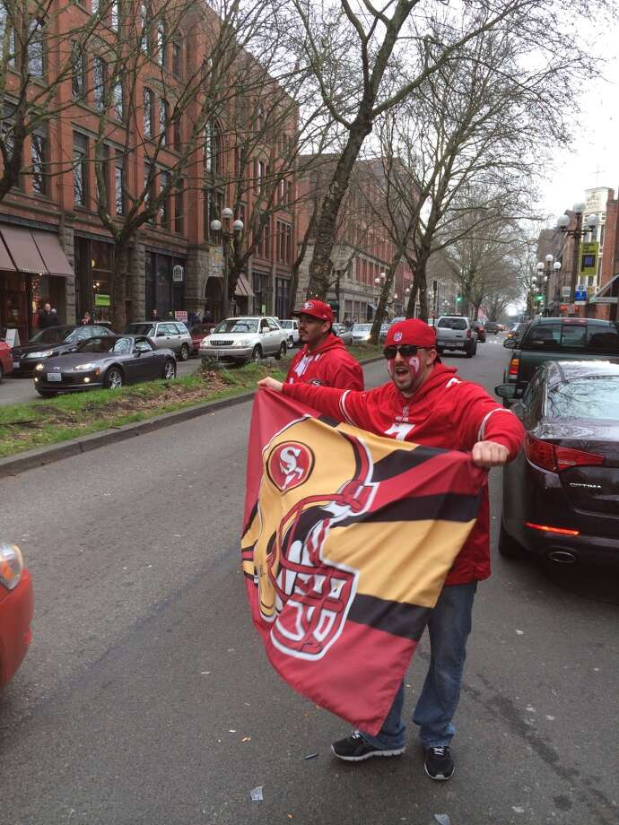 Niners fans yell at passing cars. (Al Saracevic/Chronicle)