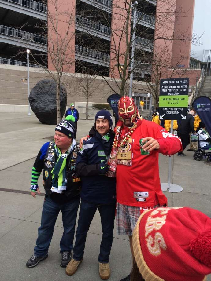 Niners and Seahawks fans getting along just fine. (Al Saracevic/Chronicle)