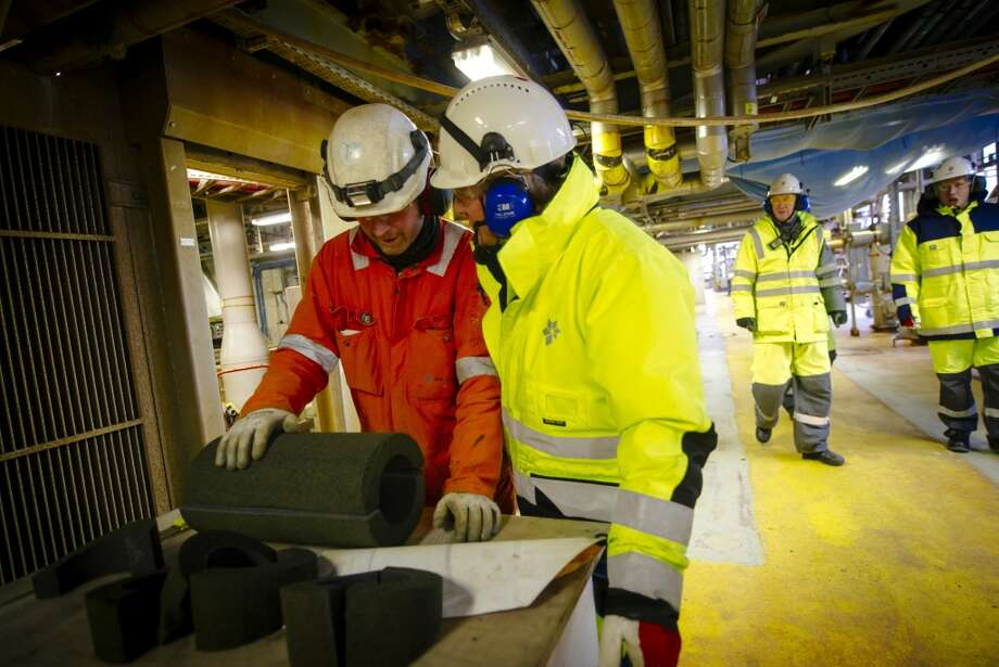 Marchus Schumann Larssen, Oseberg A platform chief, center, speaks to a worker during a  tour of the Oseberg A offshore gas platform operated by Statoil ASA 140 kilometers  (87 miles) from Bergen, Norway, on Friday, Jan. 17, 2014. Photo: Kristian Helgesen, Bloomberg