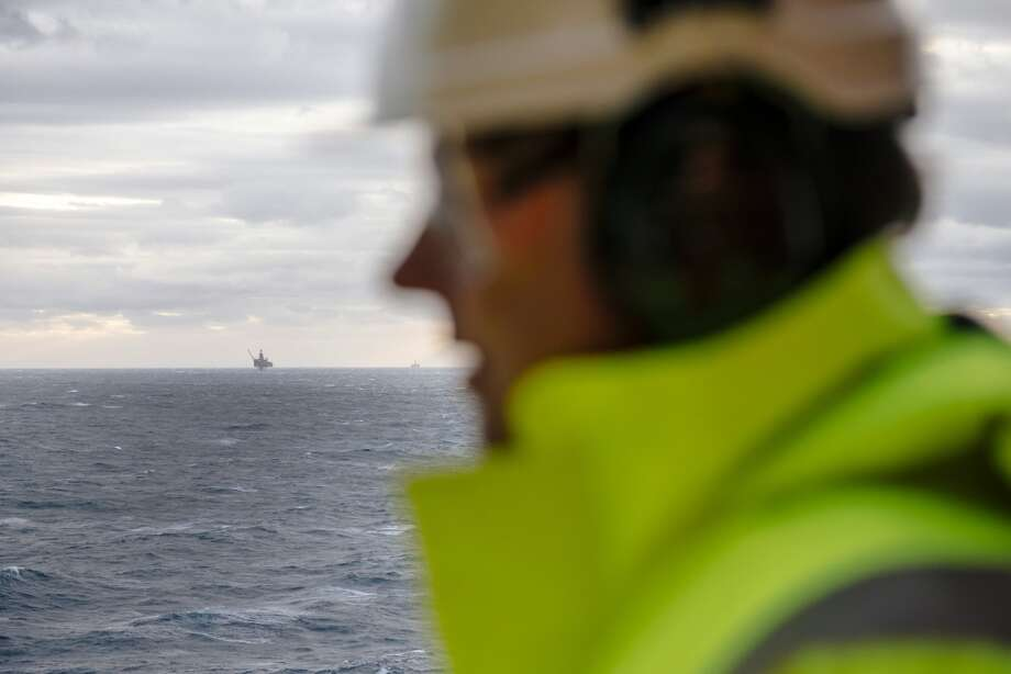 A drilling rig stands in the North Sea beyond the Oseberg A offshore gas platform operated by Statoil ASA 140 kilometers  (87 miles) from Bergen, Norway, on Friday, Jan. 17, 2014. Photo: Kristian Helgesen, Bloomberg