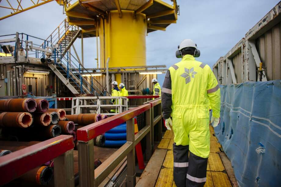 Employees move aboard the Oseberg A offshore gas platform operated by Statoil ASA 140 kilometers  (87 miles) from Bergen, Norway, on Friday, Jan. 17, 2014. Photo: Kristian Helgesen, Bloomberg