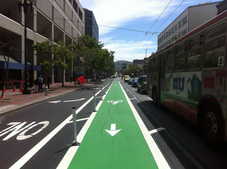 Protected green bikeway on Market Street offers safer ride for bicyclists. Photo: San Francisco Bicycle Coalition