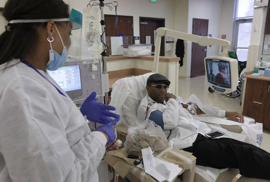 Shonda Jones-Nash (left) checks on Jonathan Mack, who might benefit from an overhaul of the transplant waiting-list system. Photo: Paul Chinn, The Chronicle