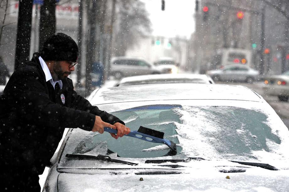 Snow falls in Bridgeport, Conn. Jan. 21, 2014. Photo: Ned Gerard / Connecticut Post