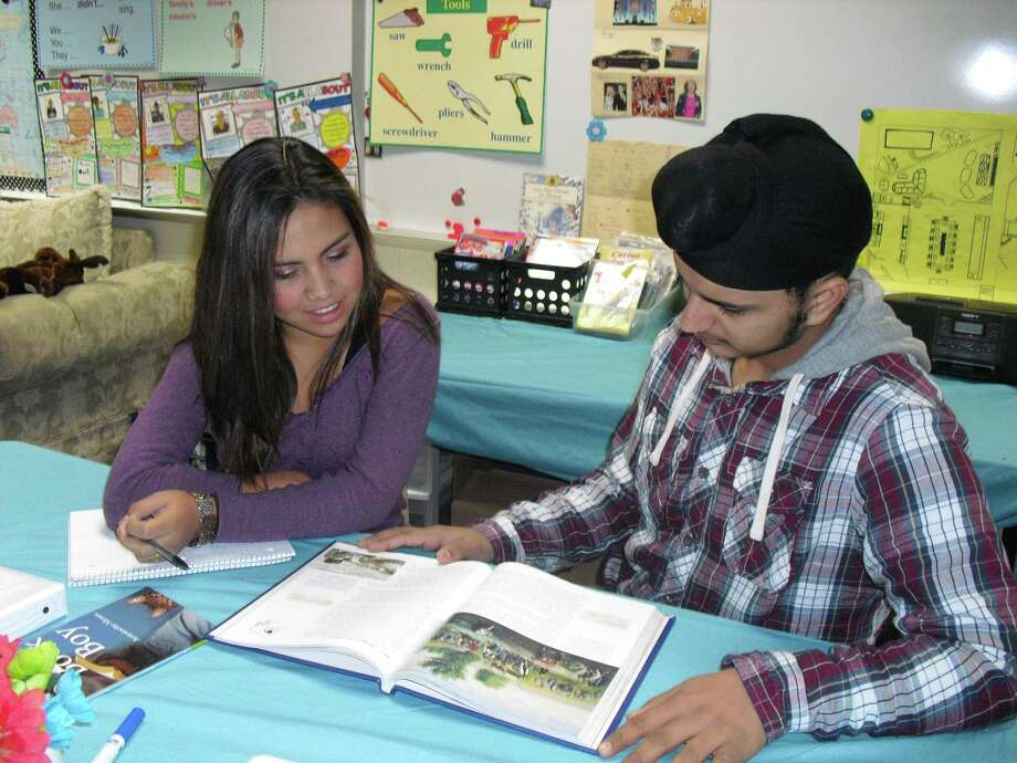 Valentina Linares and Karmanjot Singh read a chapter on American history during an English as a Second Language class in the Cypress-Fairbanks Independent School District. Photo: CFISD