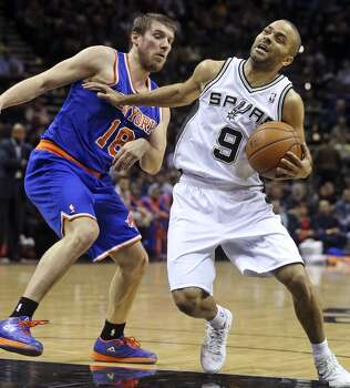Tony Parker coils against Beno Edrih as the Spurs host the New York Knicks at the AT&T Center on January 2, 2014. Photo: Tom Reel, San Antonio Express-News