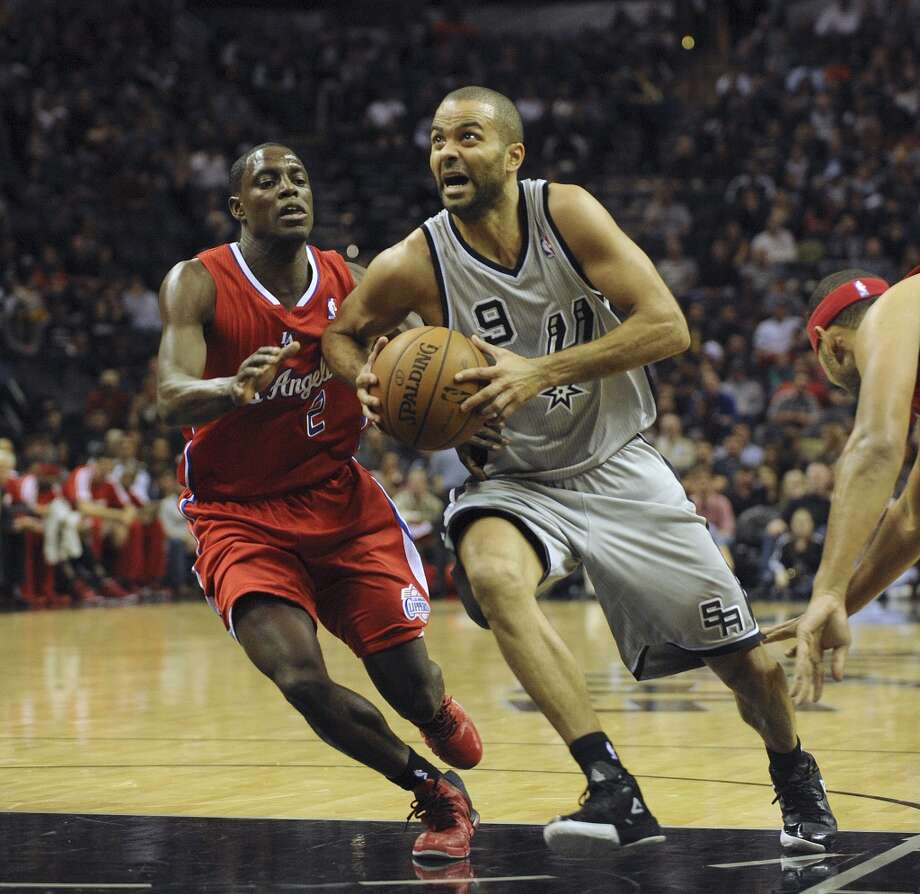 Tony Parker of the San Antonio Spurs drives past Darren Collison of the Los Angeles Clippers during NBA action in the AT&T Center on Saturday, Jan. 4, 2014. Photo: Billy Calzada, San Antonio Express-News