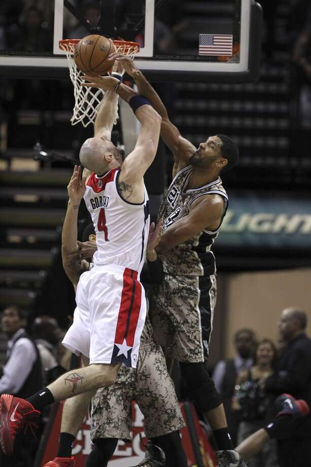 San Antonio Spurs' Tim Duncan fouls Washington Wizards' Marcin Gortat during the first half at the AT&T Center, Wednesday, Nov. 13, 2013. Photo: Jerry Lara, San Antonio Express-News