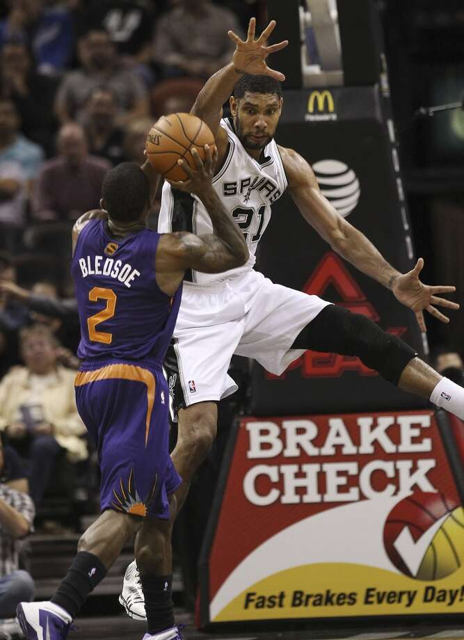 Spurs' Tim Duncan (21) defends against Phoenix Suns' Eric Bledsoe (02) at the AT&T Center on Wednesday, Nov. 6, 2013. Photo: Kin Man Hui, San Antonio Express-News