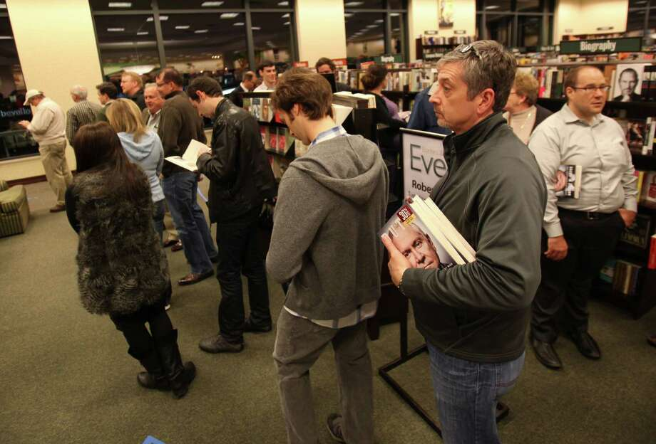 The line loops around the store as fans wait for an autograph from the Former Secretary of Defense Robert Gates of his best-selling book 'Duty: Memoirs of a Secretary at War' at Barnes & Noble River Oaks on Tuesday, Jan. 21, 2014, in Houston. Photo: Mayra Beltran, Houston Chronicle / © 2013 Houston Chronicle