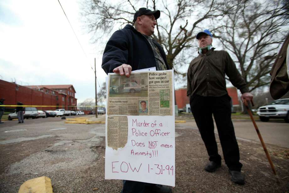Mark Conner, former in law enforcement, stands outside 'Walls Unit' in support of the execution of prisoner Edgar Arias Tamayo. Photo: Mayra Beltran, Houston Chronicle / © 2013 Houston Chronicle