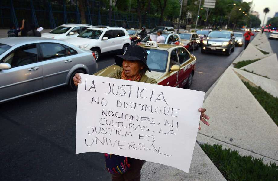 A woman protests against the execution of Mexican national Edgar Tamayo in front of the US embassy in Mexico City on January 22, 2014. The controversial execution of a Mexican man convicted of murder in Texas was briefly delayed Wednesday as the US Supreme Court considered a last-minute appeal. Edgar Tamayo Arias, 46, had been scheduled to be put to death by lethal injection at 6:00 pm (0001 GMT Thursday) for the 1994 murder of a policeman in Houston. Photo: ALFREDO ESTRELLA, AFP/Getty Images / AFP