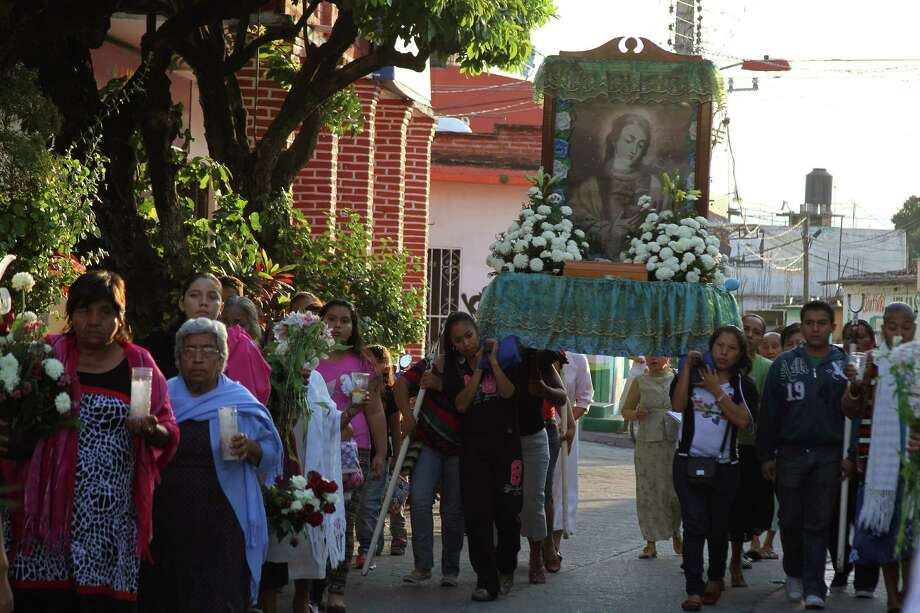 Relatives of Mexican national Edgar Tamayo walk during a procession for Edgar Tamayo at Miacatlan community, State of Morelos, Mexico, on January 22, 2014. The controversial execution of a Mexican man convicted of murder in Texas was briefly delayed Wednesday as the US Supreme Court considered a last-minute appeal. Edgar Tamayo Arias, 46, had been scheduled to be put to death by lethal injection at 6:00 pm (0001 GMT Thursday) for the 1994 murder of a policeman in Houston. Photo: MARTIN MORELOS, AFP/Getty Images / AFP