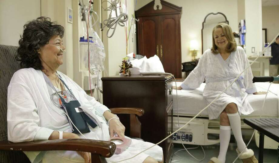 Irma Myers-Santana (left) and her sister Anna Williamson are shown awaiting lung transplants in a Houston hospital. Earlier this month, each received a lung from the same donor. Photo: Pat Sullivan / Associated Press / AP