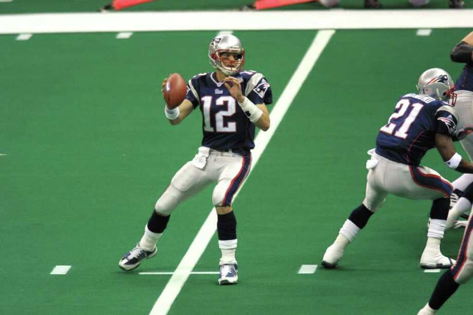 """8. Super Bowl XXXVI New England 20, St. Louis 17: Kurt Warner and the Rams' """"Greatest Show on Turf"""" rolled up 427 yards to the Patriots' 267, but Tom Brady kept plugging along and evntually put kicker Adam Vinatieri in range for a game-winner. His 48-yarder made the game the first to be decided on the final play. Photo: Ronald Martinez, Getty Images / Getty Images North America"""