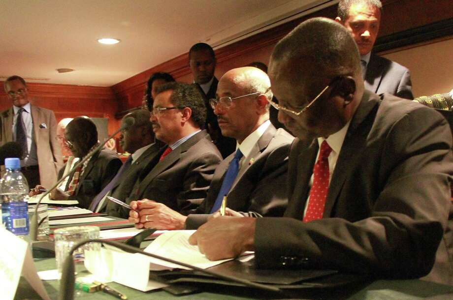 South Sudanese politician Taban Deng Gai (from right); intergovernmental envoy Seyoum Mesfin and Ethiopian Foreign Minister Tedros Adhanom and others sign the cease-fire deal. Photo: AFP / Getty Images / AFP