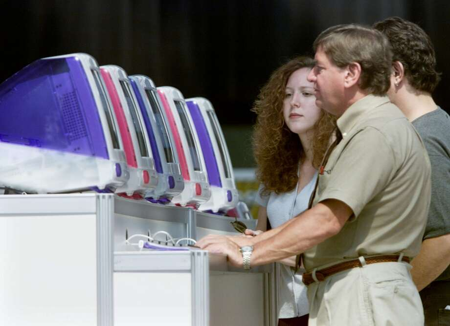 People work on a row of iMac computers at the opening day of the 2000 Macworld Conference and Expo in New York. Photo: PETER MORGAN, REUTERS