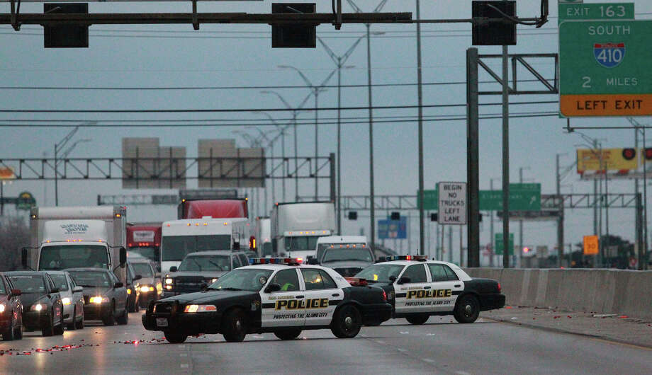 Traffic is diverted off of IH-35 northbound at Walzem Road Friday January 24, 2014 because of iced over bridges. Photo: JOHN DAVENPORT, SAN ANTONIO EXPRESS-NEWS / ©San Antonio Express-News/Photo may be sold to the public