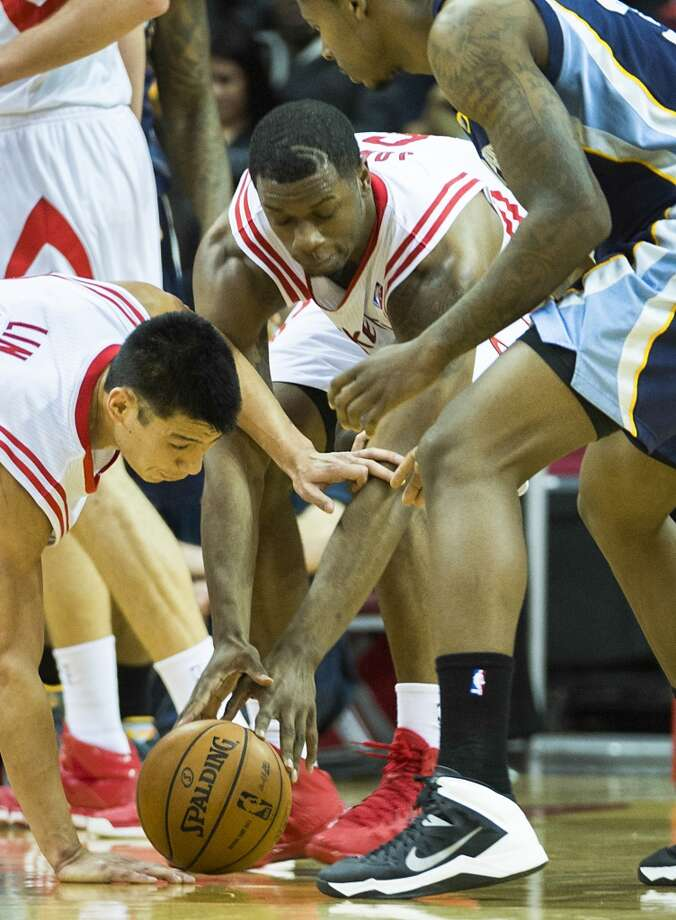 Rockets point guard Jeremy Lin and power forward Terrence Jones scramble for a loose ball against Grizzlies power forward Ed Davis. Photo: Smiley N. Pool, Houston Chronicle
