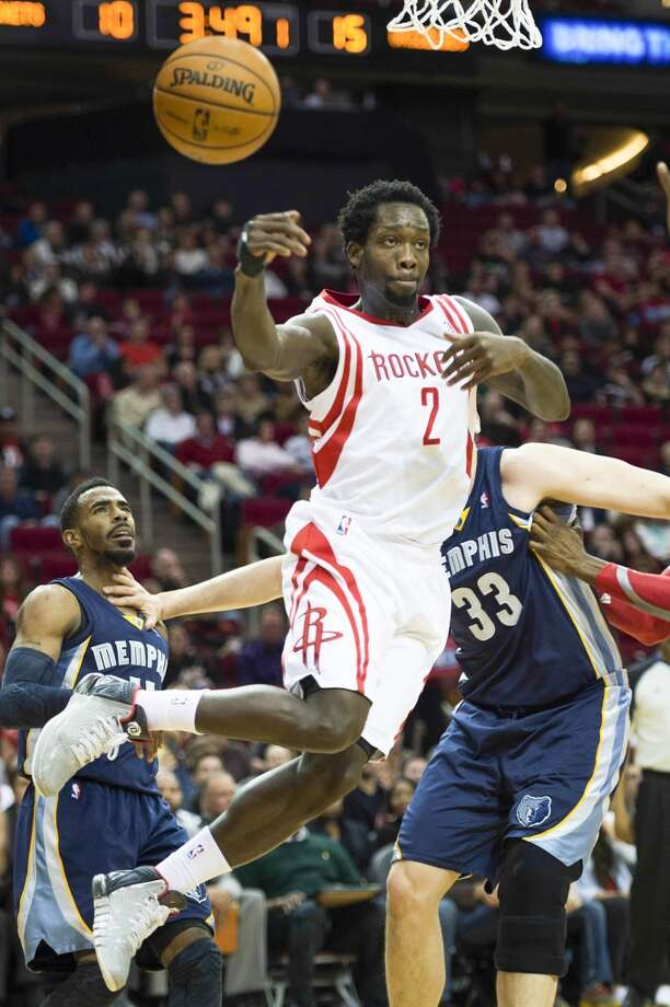 Rockets point guard Patrick Beverley passes the ball as he drives around Grizzlies center Marc Gasol. Photo: Smiley N. Pool, Houston Chronicle