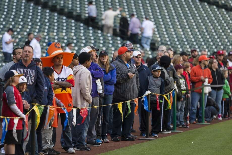 Fans line up for a chance to take batting practice during the Houston Astros Fanfest Photo: Smiley N. Pool, Houston Chronicle
