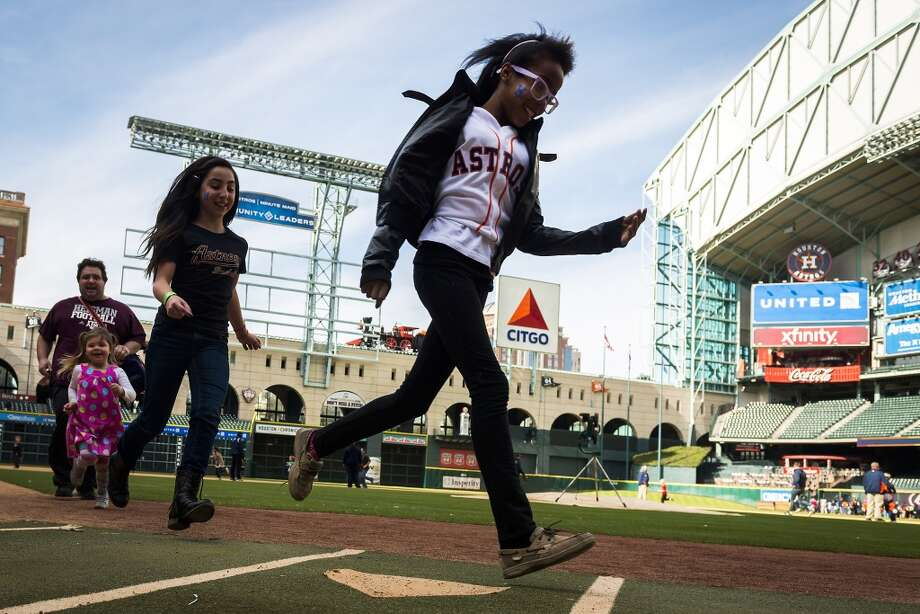 Fans run the bases during the Houston Astros Fanfest. Photo: Smiley N. Pool, Houston Chronicle
