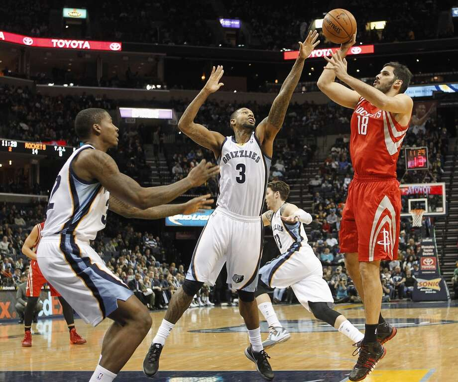 Rockets forward Omri Casspi (18), of Israel, shoots over Grizzlies forwards James Johnson (3) and Ed Davis (32). Photo: Lance Murphey, Associated Press