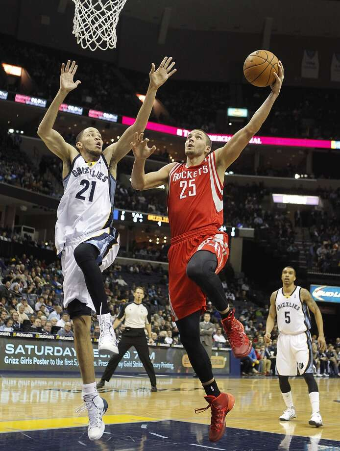 Rockets forward Chandler Parsons (25) goes to the basket against Grizzlies forward Tayshaun Prince. Photo: Lance Murphey, Associated Press