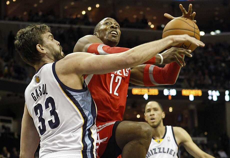 Grizzlies center Marc Gasol (33), of Spain, fouls Rockets center Dwight Howard. Photo: Lance Murphey, Associated Press