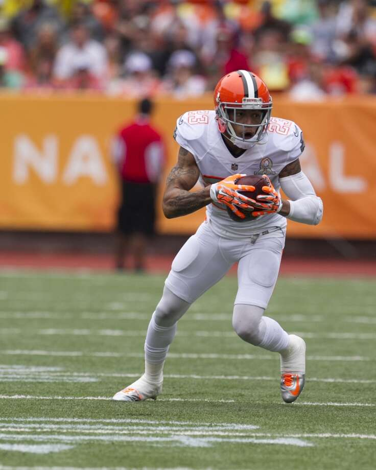 After stripping the ball from Desean Jackson (10), of Team Sanders, Browns cornerback Joe Haden (23), of Team Rice, runs the ball down the field. Photo: Marco Garcia, Associated Press