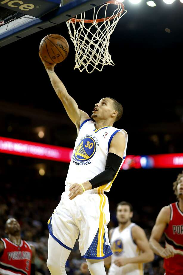 Stephen Curry delivers two of his game-high 38 points on a layup in the first half. Photo: Michael Macor, The Chronicle