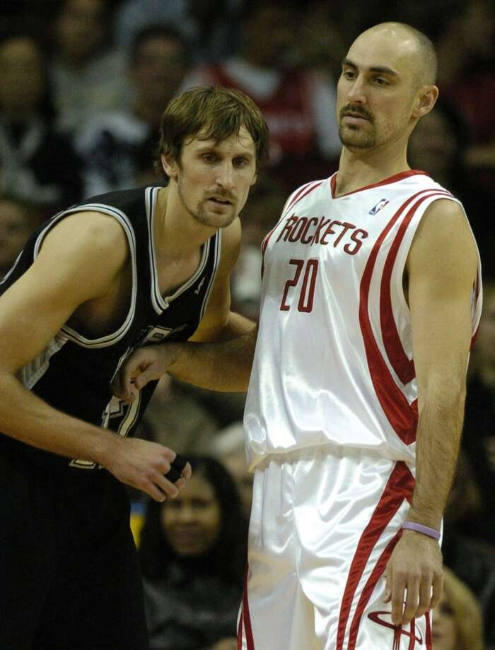 Brent Barry, left, defends his brother Jon Barry in this Jan. 15, 2005 photo. Brent would join the Rockets for the 2008-2009 season. Photo: Melissa Phillip, Houston Chronicle