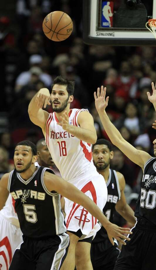 Rockets forward Omri Casspi makes a pass against the Spurs. Photo: Karen Warren, Houston Chronicle
