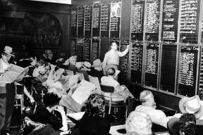 The results of the horse races are listed on chalkboards in rooms reserved for this purpose in the casinos of Las Vegas between 1950 And 1955. Gamblers could bet on a horse at any given time.