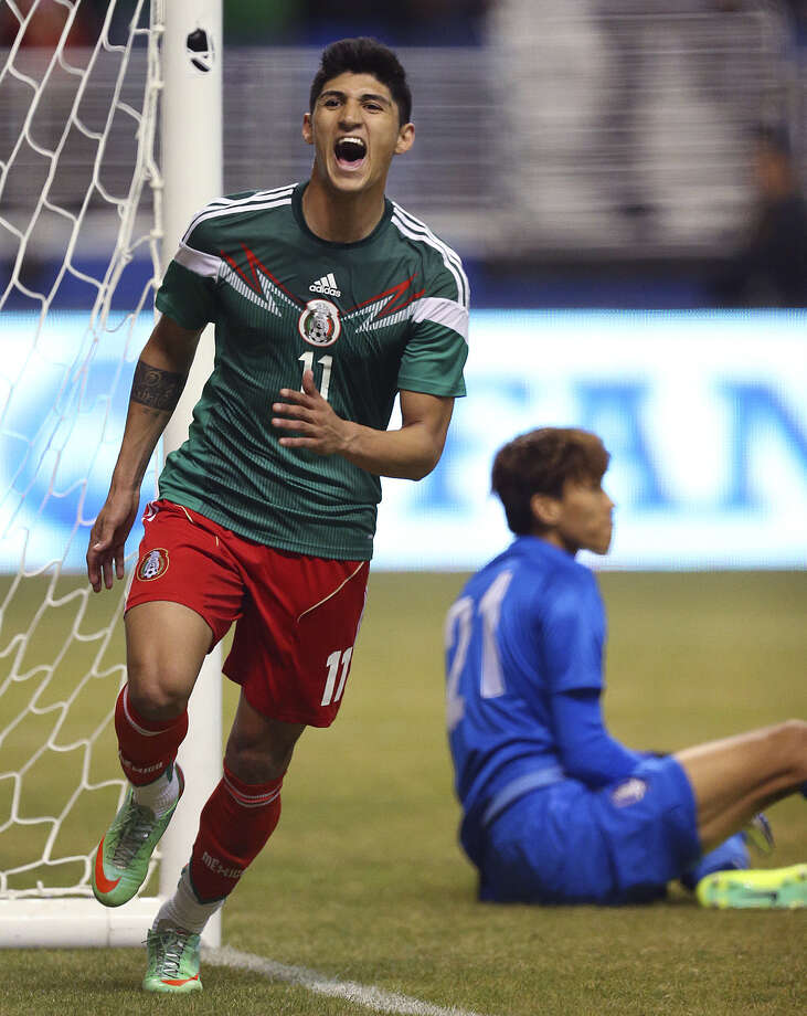 Mexico's Alan Pulido rejoices after scoring past South Korea goalkeeper Kim Seung-Gyu at the Alamodome. Photo: Jerry Lara / San Antonio Express-News / ©2013 San Antonio Express-News
