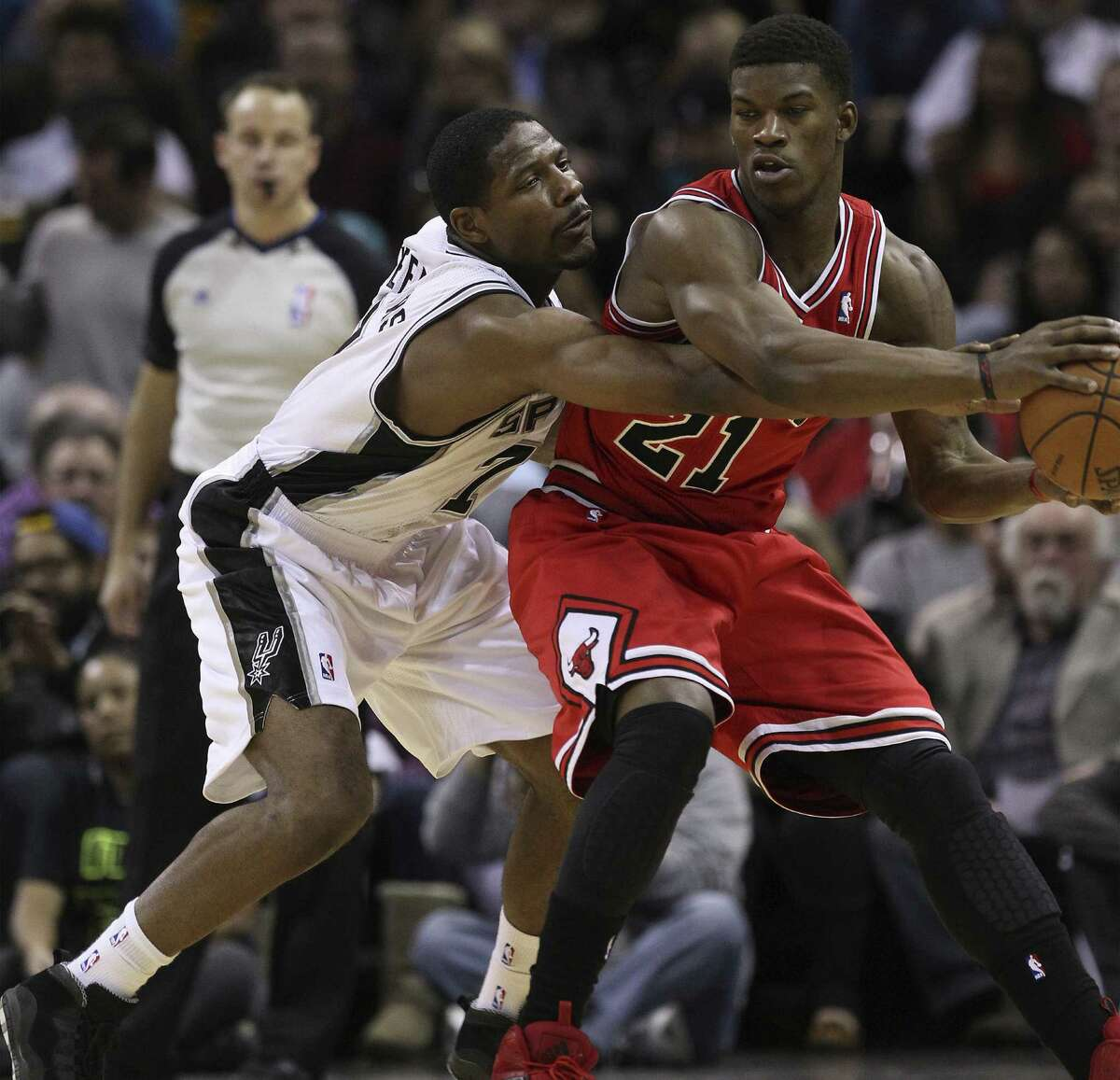 Spurs swingman Othyus Jeffers, who received his second NBA start on Wednesday, defends the Bulls' Jimmy Butler.
