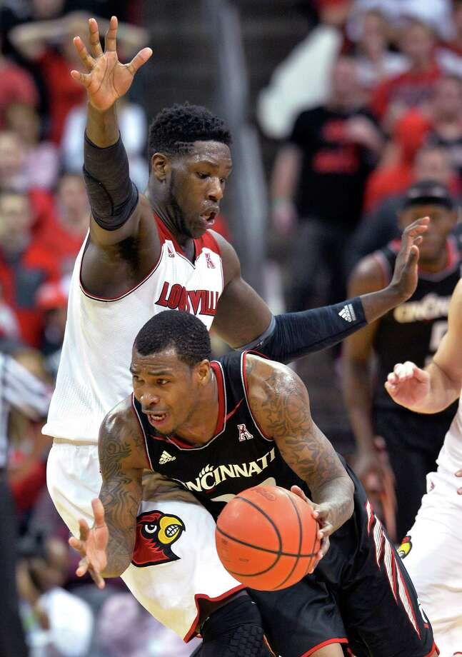 Cincinnati's Sean Kilpatrick, right, drives into Louisville's Montrezl Harrell during the second half of an NCAA college basketball game Thursday, Jan. 30, 2014, in Louisville, Ky. Cincinnati defeated Louisville 69-66. (AP Photo/Timothy D. Easley) ORG XMIT: KYTE119 Photo: Timothy D. Easley / FR43398 AP