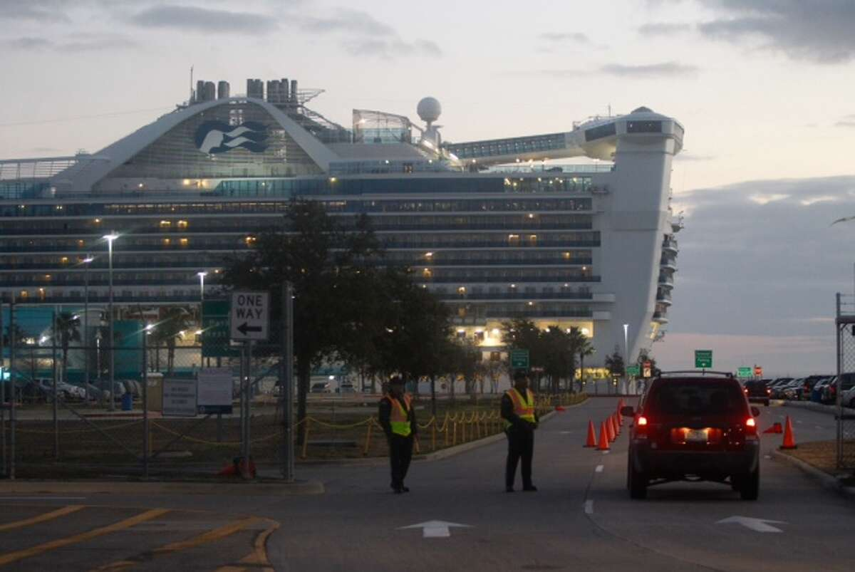 Cars enter to pick up passengers aboard the the Caribbean Princess cruise ship. (Cody Duty / Houston Chronicle)