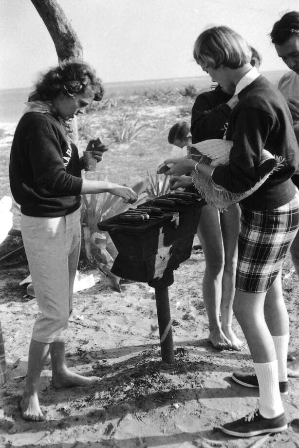 A beach party barbecue in Florida, 1956. Photo: Lisa Larsen, Time & Life Pictures/Getty Image