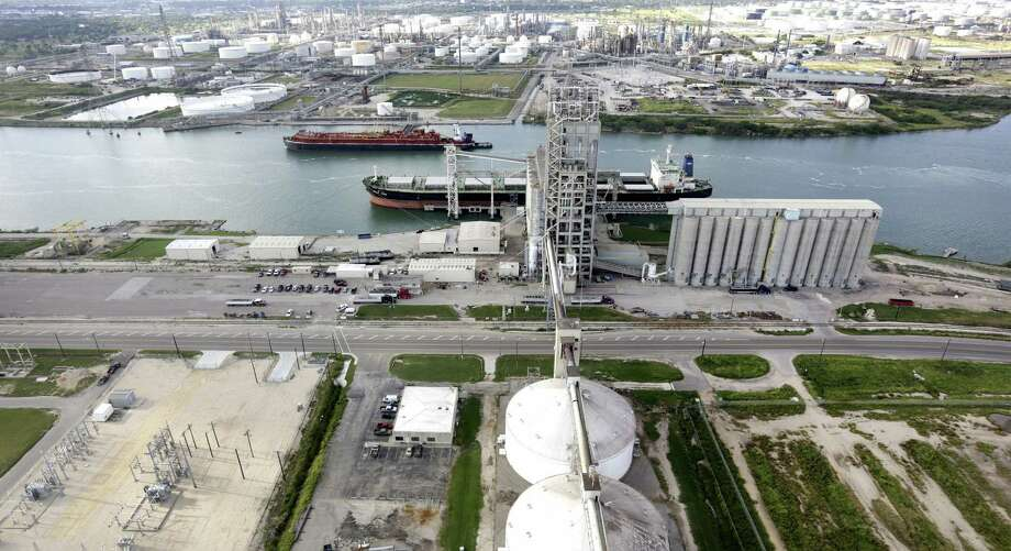 A U.S. law makes domestic oil shipping more expensive than importing it from overseas. Photo: Bob Owen / San Antonio Express-News / ©2013 San Antonio Express-News