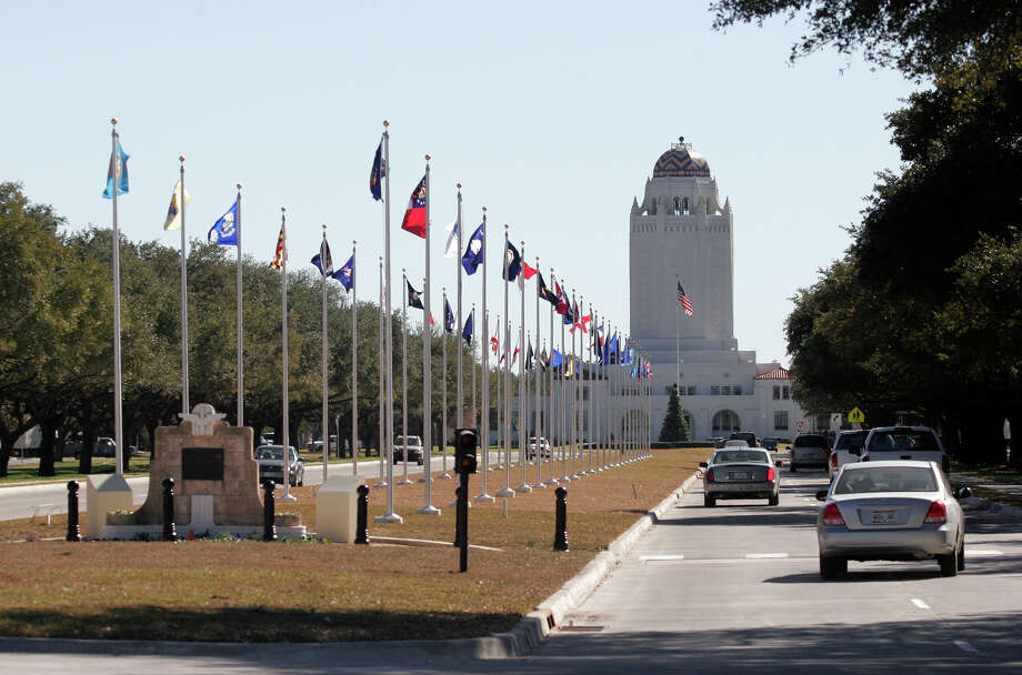 The drive inside the main gate at Randolph AFB. Photo: J. MICHAEL SHORT, San Antonio Express-News / SAN ANTONIO EXPRESS-NEWS