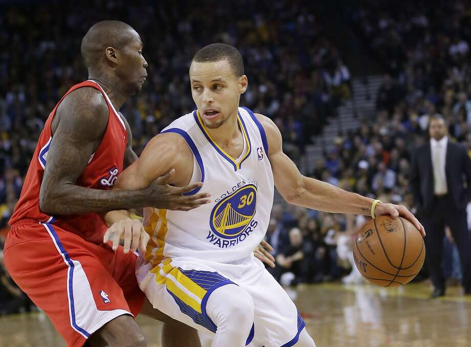 Stephen Curry goes around Jamal Crawford in Thursday's win over the Clippers. Photo: Associated Press