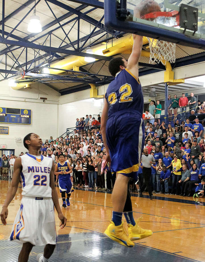 Clemens' Cayne Edwards puts an exclamation point on his game-high 27 points in the Buffaloes' 76-65 victory over top-ranked Alamo Heights. Edwards also had four blocks. Photo: Marvin Pfeiffer / San Antonio Express-News / Express-News 2013